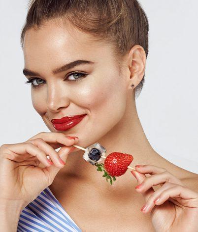 Lekki, kolorowy makijaż nawakacje – jak odświeżyć swój look?